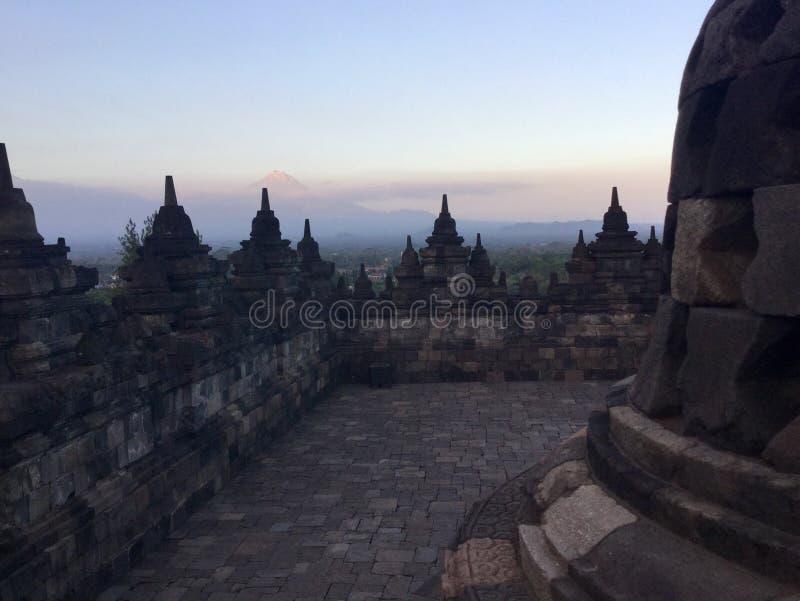 Tempio buddista di Borobudur e montagna di Merapi nei precedenti Vicino a Yogyakarta su Java Island, l'Indonesia fotografie stock libere da diritti