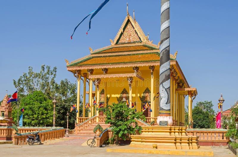 Tempio buddista in un piccolo villaggio a distanza Chong Koh in Cambogia fotografie stock