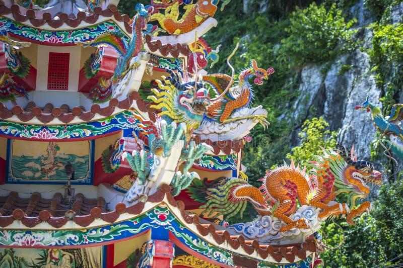 Tempio cinese con i dettagli sulla cima fotografie stock