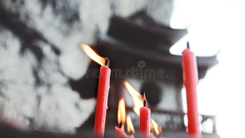 Tempio cinese e fuoco della candela fotografia stock libera da diritti