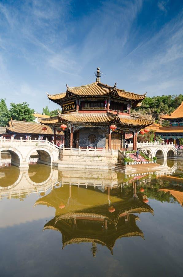 Tempio cinese sul lago fotografia stock libera da diritti