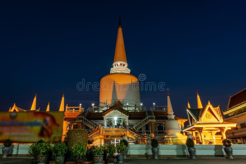 Tempio con la pagoda ed il colore di cielo notturno, pubblici in Tailandia fotografia stock