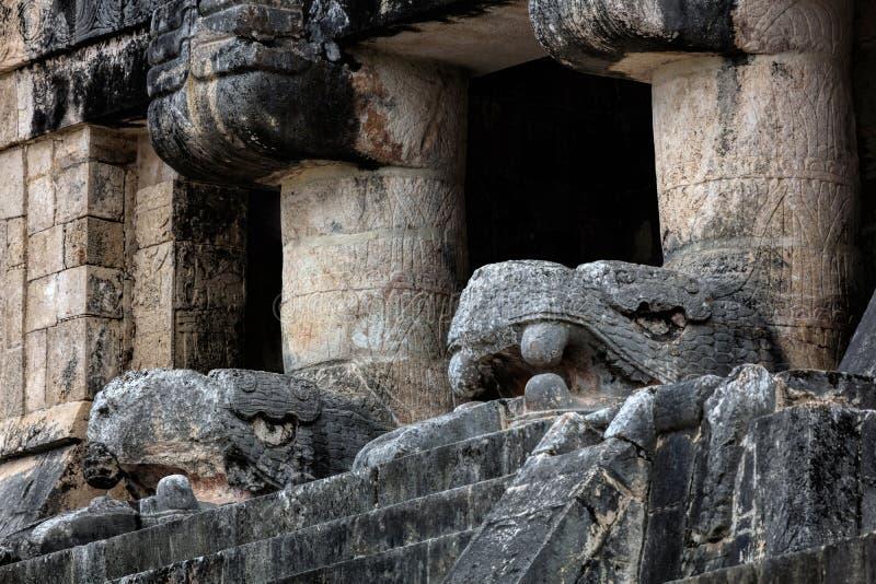 Tempio dei giaguari con le teste scolpite di Kukulcan immagini stock libere da diritti