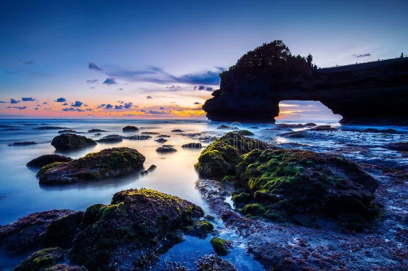 Tempio del lotto di Tanah al tramonto in Bali, Indonesia DarkSeascape fotografia stock libera da diritti