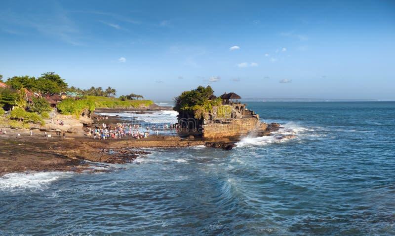 Tempio del lotto di Tanah dell'isola di Bali sul mare al giorno di estate soleggiato fotografie stock