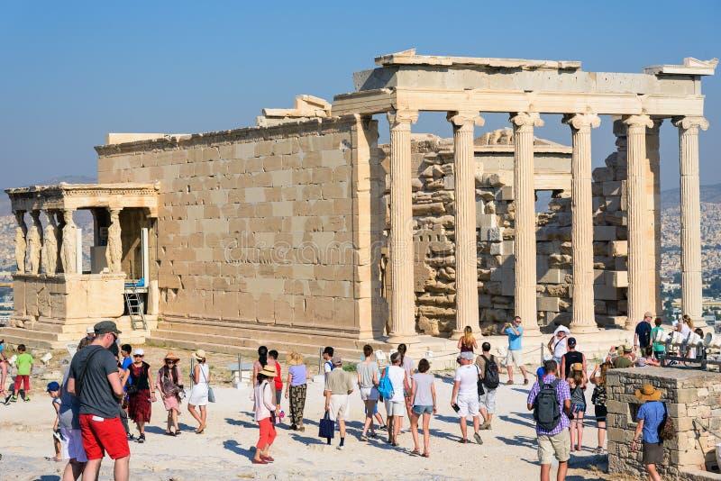 Tempio del Partenone di visita dei turisti all'acropoli a Atene, Grecia fotografie stock