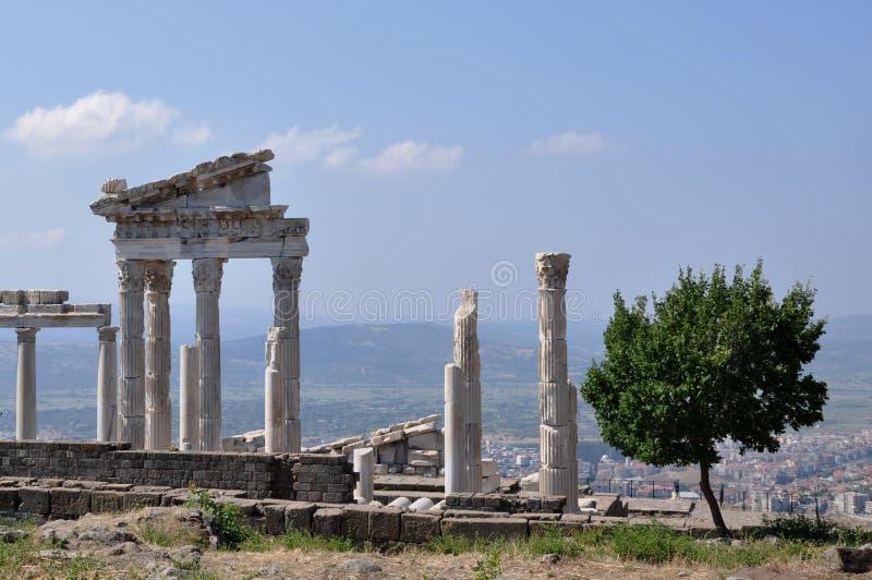 Tempio della città del greco antico di Traiano, di Pergamon o di Pergamum in Aeolis, ora vicino a Bergama, la Turchia immagine stock libera da diritti