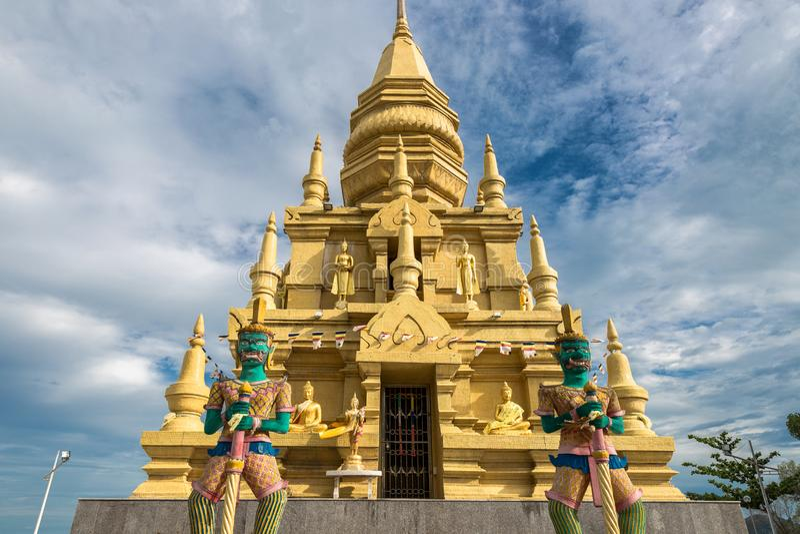Tempio della pagoda del SOR di Laem con la statua di Buddha durante il giorno luminoso soleggiato in Koh Samui, Tailandia fotografia stock libera da diritti