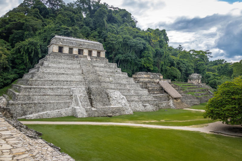 Tempio delle iscrizioni alle rovine maya di Palenque - il Chiapas, Messico immagini stock libere da diritti