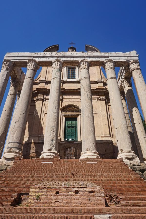 Tempio di Antoninus e di Faustina in forum antico Belle vecchie finestre a Roma (Italia) immagine stock libera da diritti