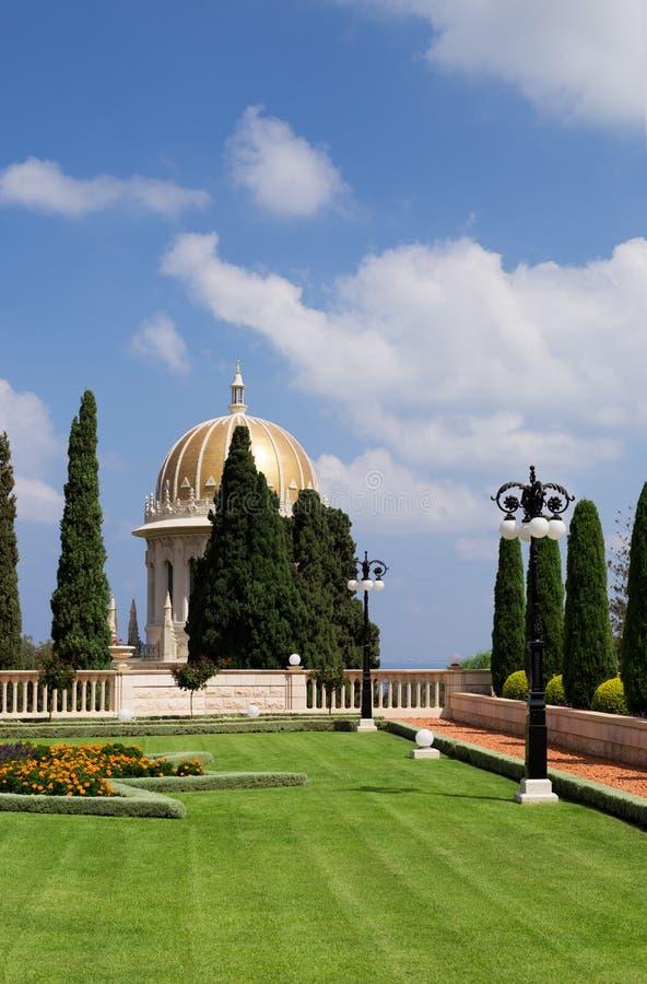 Tempio di Bahai, Golden Dome con il cielo nuvoloso blu su fondo immagini stock libere da diritti