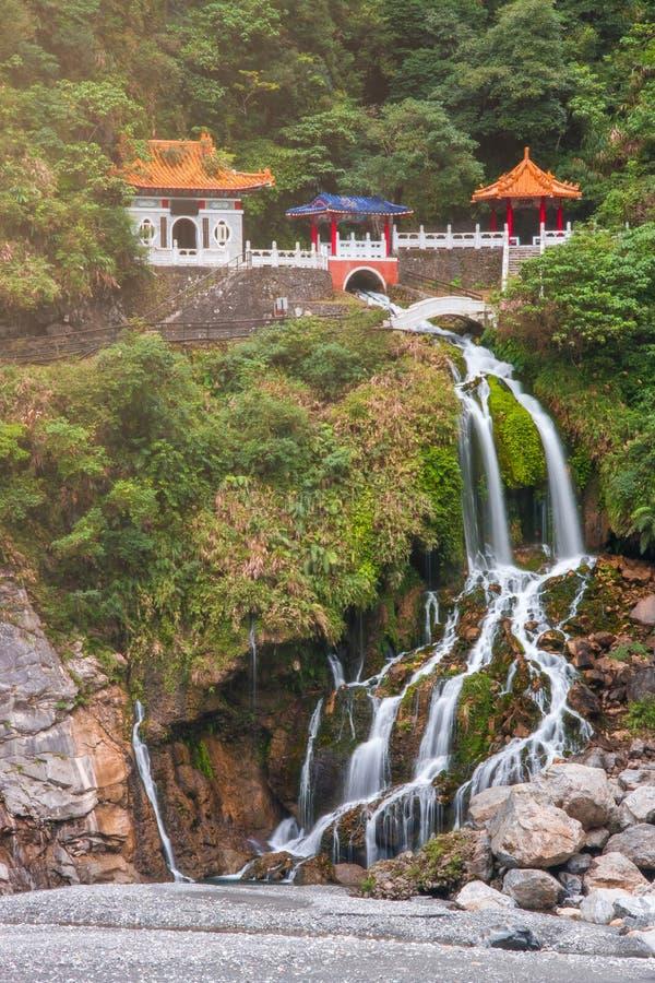 Tempio di Chang-Chun con la cascata nel parco nazionale Taiwan di Taroko fotografia stock