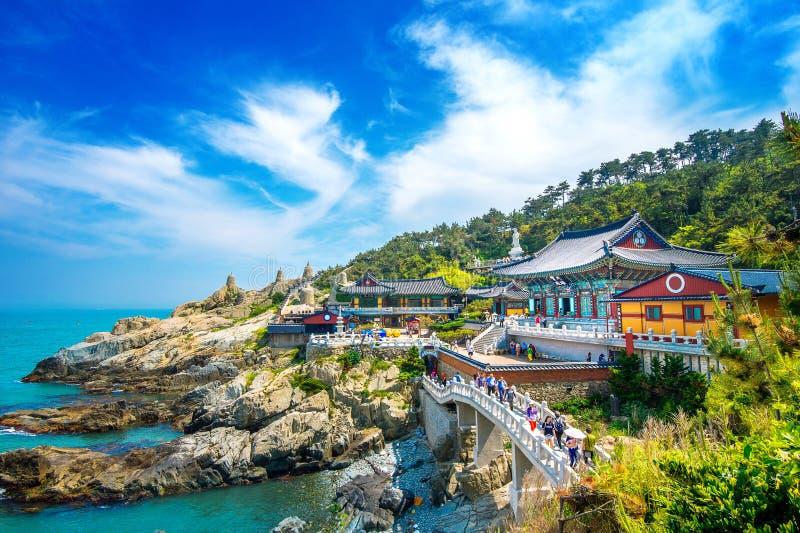 Tempio di Haedong Yonggungsa e mare di Haeundae a Busan, tempio buddista a Busan, Corea del Sud immagini stock