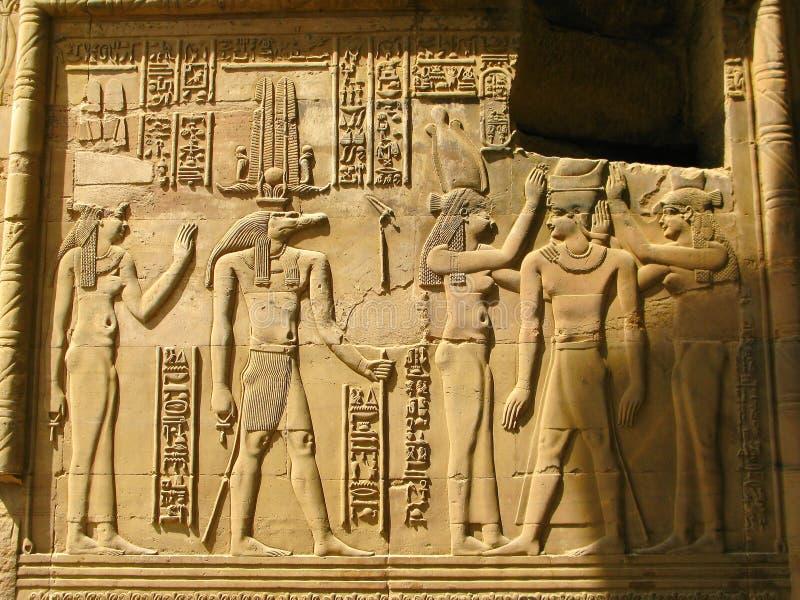 Tempio di Kôm Ombo, Egitto: il faraone e il Sobek - il coccodrillo immagini stock libere da diritti