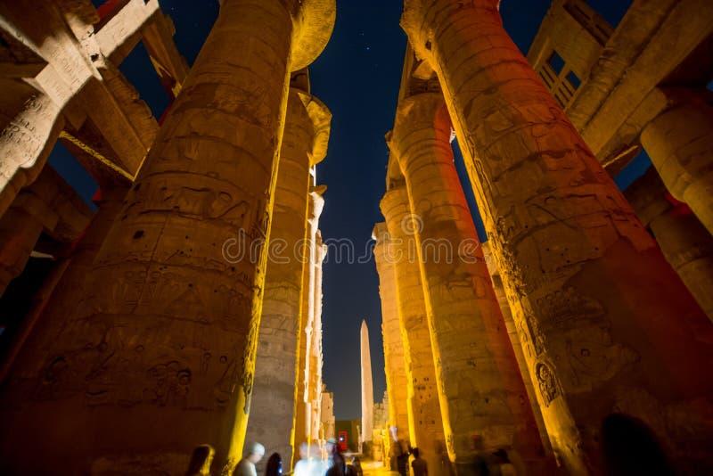 Tempio di Karnak alla notte durante lo spettacolo di luci, Luxor, Egitto immagini stock libere da diritti