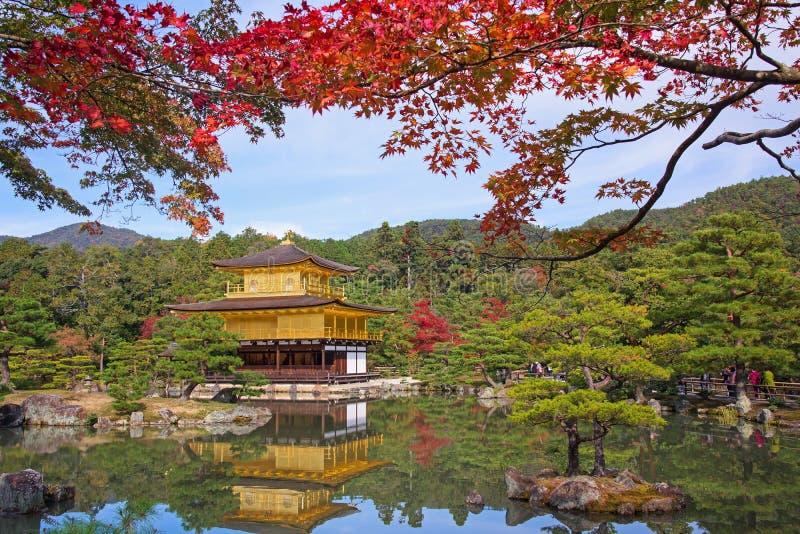 Tempio di Kinkakuji all'autunno a Kyoto fotografia stock