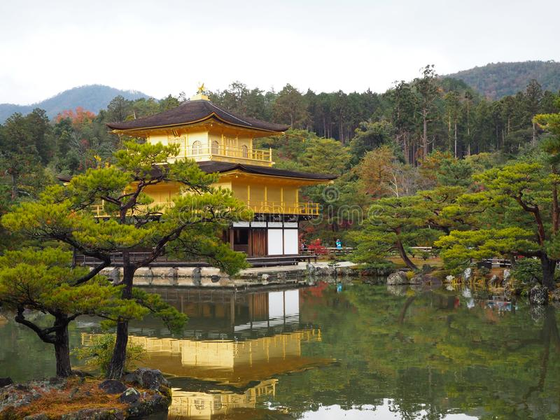 Tempio di Kinkakuji, Japan& x27; la destinazione turistica famosa di s, è bella e pacifica immagini stock