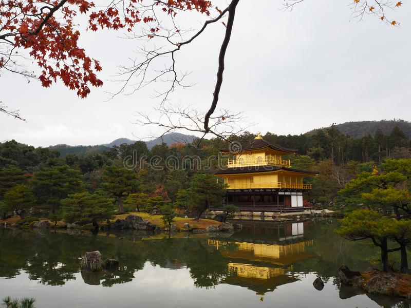 Tempio di Kinkakuji, Japan& x27; la destinazione turistica famosa di s, è bella e pacifica fotografie stock