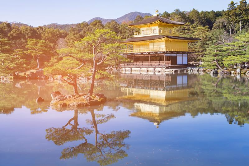 Tempio di Kinkakuji la bella architettura del padiglione dorato immagine stock libera da diritti