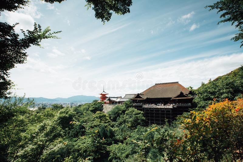 Tempio di Kiyomizu, tempio giapponese con le foglie verdi nello stile d'annata del film di Kyoto Giappone immagine stock libera da diritti