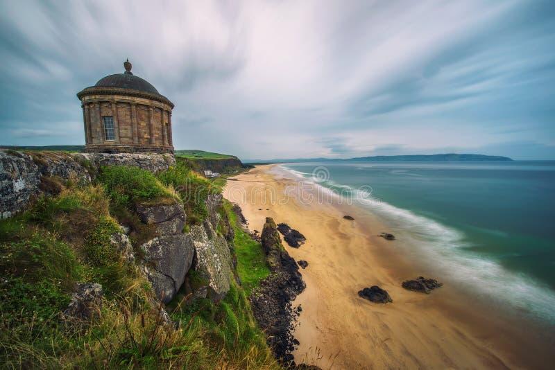 Tempio di Mussenden situato sulle alte scogliere vicino a Castle Rock in Irlanda del Nord immagini stock