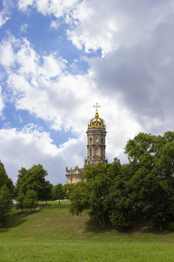 Tempio di pietra con un alto campanile, un Golden Dome e un incrocio cristiano dorato sulla cima Bello ortodosso maestoso fotografie stock