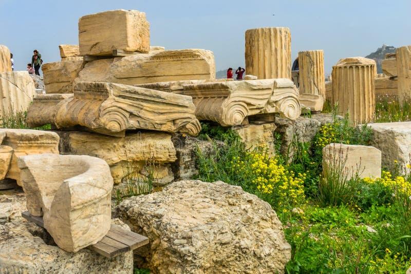 Tempio di rovine Augustus Rome Yellow Wildflowers Acropolis Atene G immagine stock libera da diritti