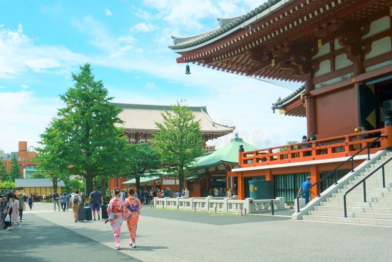 Tempio di Sensoji in Asakusa Molti turisti Ragazze vestite in kimono fotografia stock