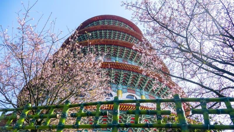 Tempio di Tien-yuan con il fiore di ciliegia nella nuova città di Taipei, Taiwan immagine stock libera da diritti