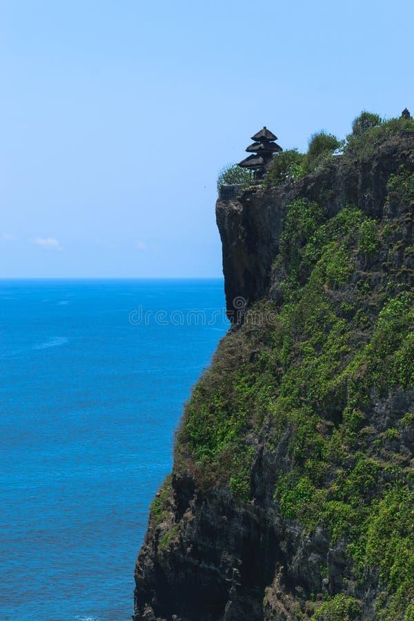 Tempio di uluwatu del luhur di Pura sulla scogliera con la bella vista di Oceano Indiano blu in Bali, Indonesia fotografie stock