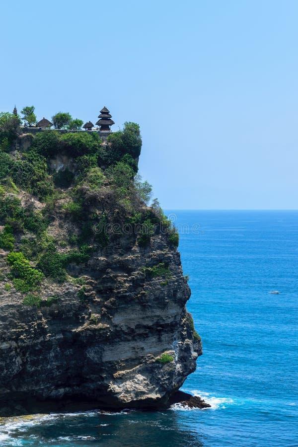 Tempio di uluwatu del luhur di Pura sulla scogliera con la bella vista di Oceano Indiano blu in Bali, Indonesia immagine stock libera da diritti