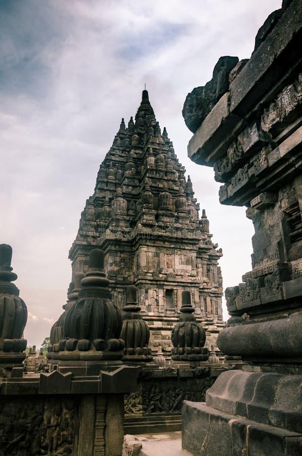 Tempio di Vishnu, visto dal Tempio Shiva, nel Tempio di Prambanan il 26 dicembre 2019 immagine stock libera da diritti