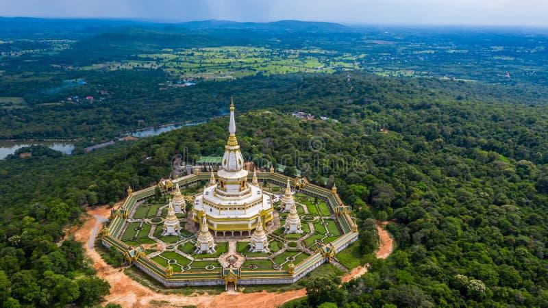 Tempio di vista aerea Phra Maha Chedi Chai Mongkol o di Phanamtip, Roi Et, Tailandia fotografia stock libera da diritti