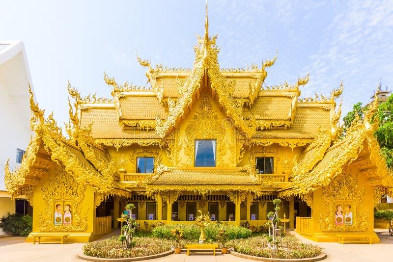 Tempio dorato vicino al tempio bianco di Wat Rong Khun del tempio in Chian immagine stock