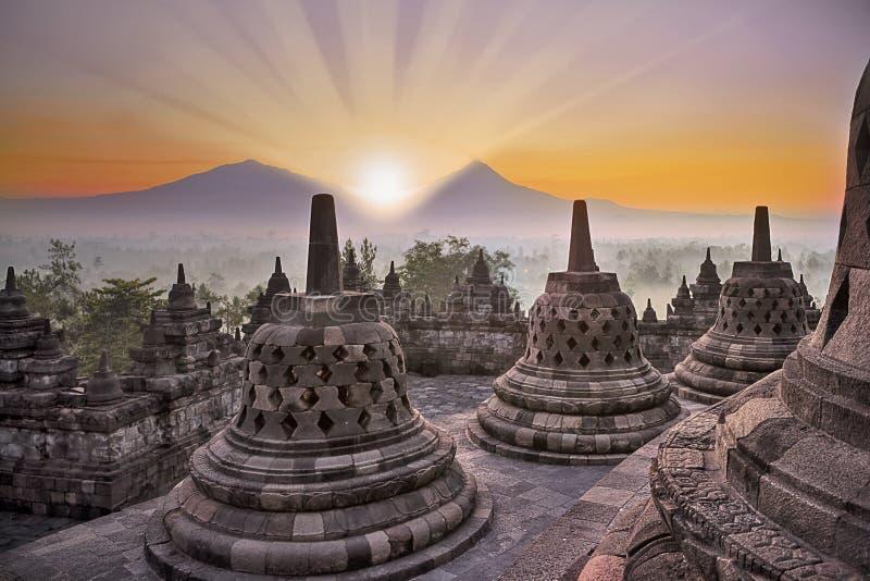 Tempio e montagna di Borobudur ad alba immagine stock