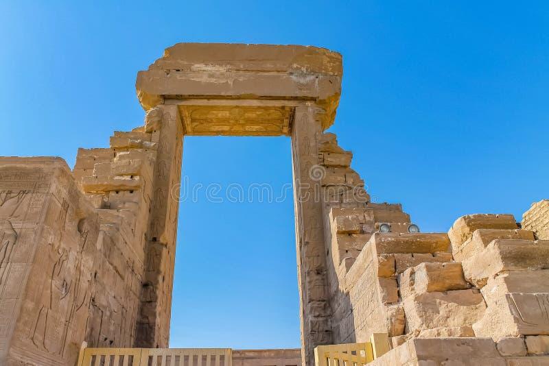Tempio egiziano antico Amon Ra a Luxor con le colonne ed il culto del bello pharaoh di bassorilievi fotografie stock libere da diritti