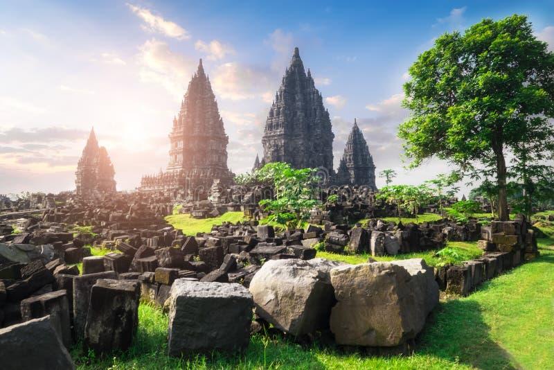 Tempio indù antico di Prambanan contro il sole di mattina Java, Indone fotografia stock libera da diritti