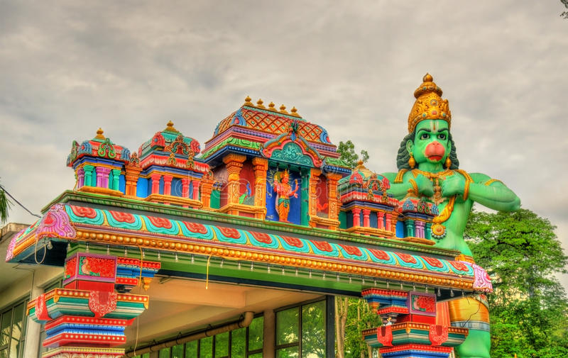 Tempio indù e la statua di Hanuman alla caverna di Ramayana, caverne di Batu, Kuala Lumpur immagini stock libere da diritti