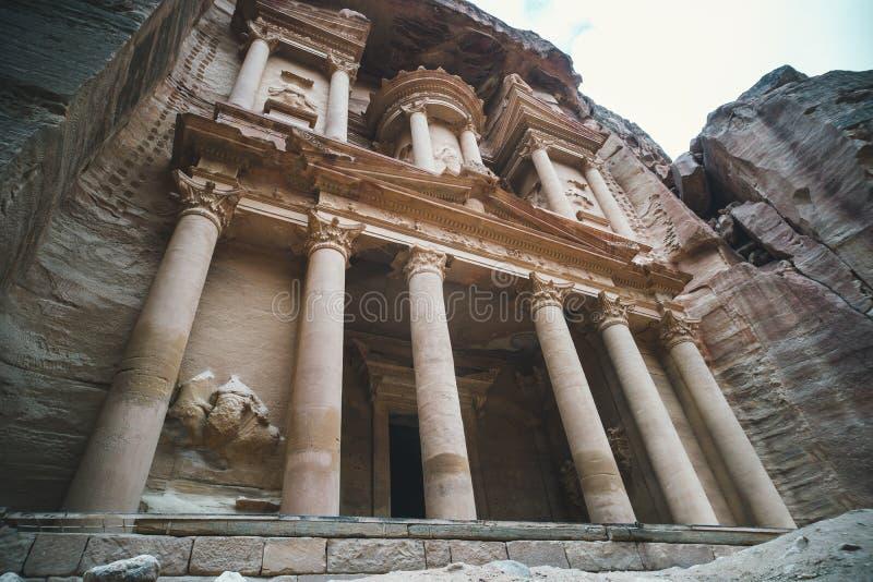 Tempio-mausoleo famoso della roccia di EL Hazne, Ministero del Tesoro del faraone nella città antica di PETRA, la Giordania: Patr immagine stock libera da diritti