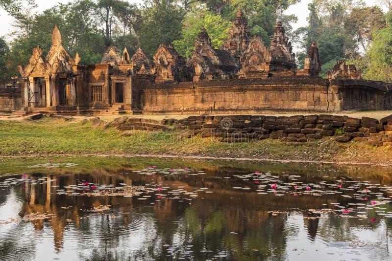 Tempio nella giungla dal lago immagini stock