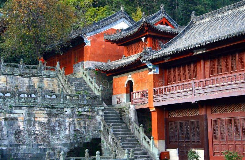 Tempio porpora alle montagne di Wudang, Cina della nuvola fotografia stock