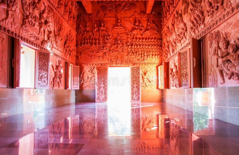 Tempio rosso - Wat Sila Ngu su Koh Samui, interno con le pareti decorate immagini stock