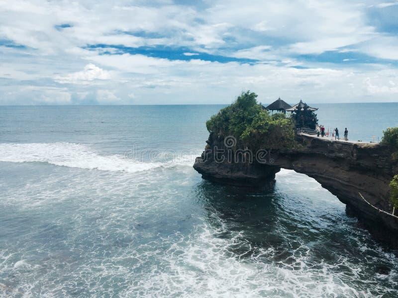 Tempio sopra il mare in Bali Indonesia fotografia stock