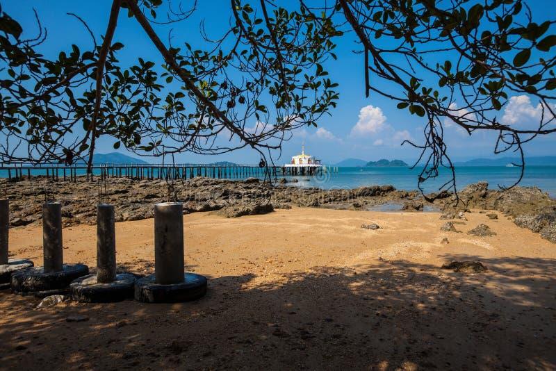 Tempio tailandese Chruch sul mare fotografia stock libera da diritti