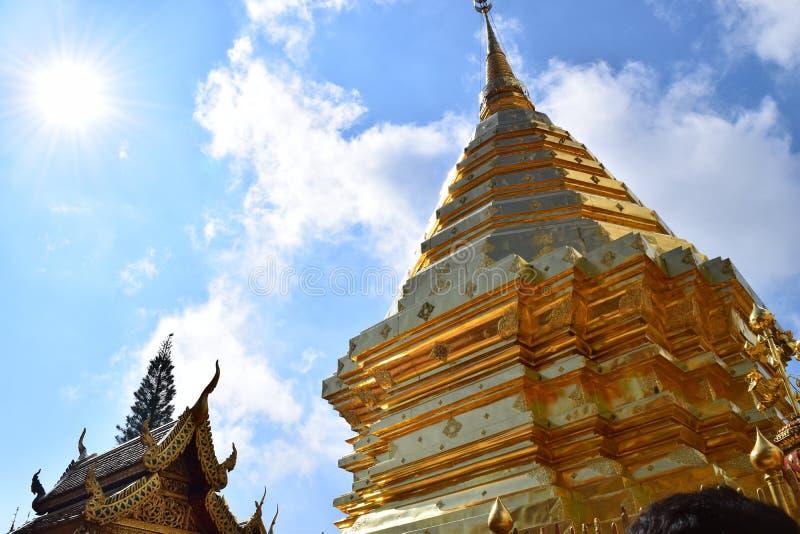 Tempio tailandese con il cielo brillante immagine stock