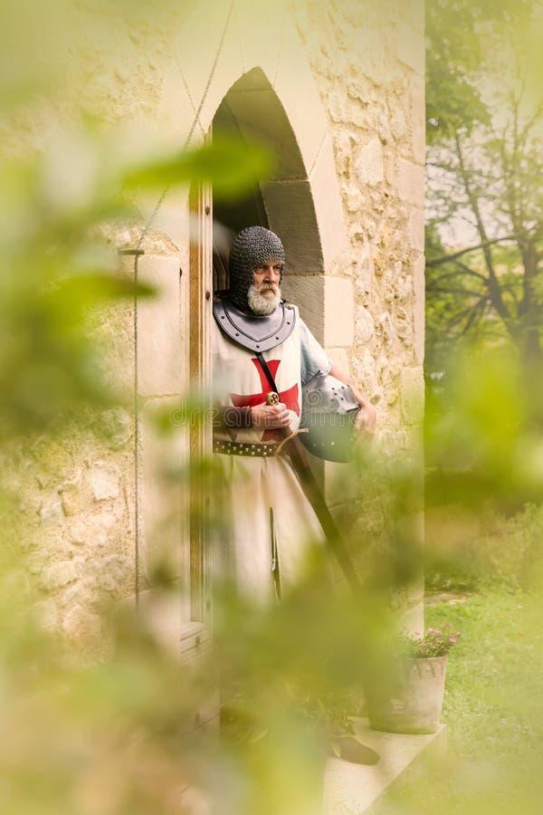 Templário de Cavaleiro à porta fotografia de stock royalty free