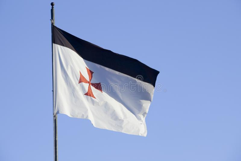 Templar flagga som väver över blå himmel royaltyfri bild