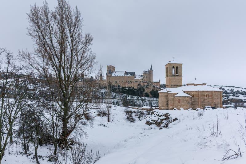 Templar kyrka av Veracruz och alcazaren av Segovia i Spanien, en vinterflykt var jul kan spenderas inom den Iberian Peninen royaltyfri foto
