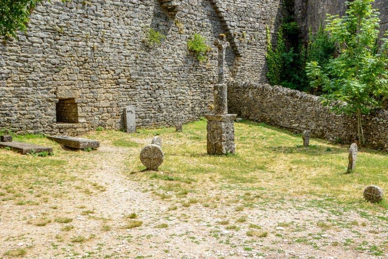 Templar kyrkogård i La Couvertoirade en medeltida stärkt stad, Frankrike arkivbilder
