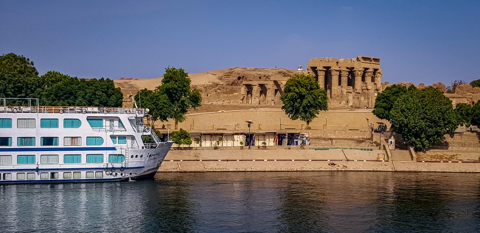 Temple égyptien de Nile Cruise Boat Next To photo libre de droits